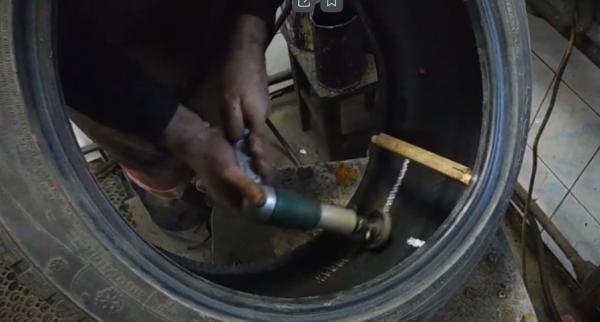 зашлифовать специальной машинкой место, где будет происходить ремонт колеса