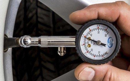 прибор чтобы измерить какое давление в колесе автомобиля